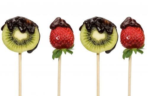 Frutas con chocolate negro. Postre saludable