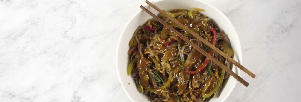 Espaguetis de trigo sarraceno al estilo thai
