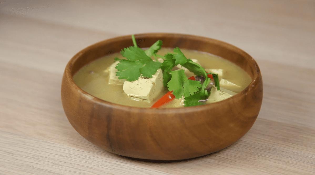 Sopa Thai detox con bebida vegetal de coco sin azúcar