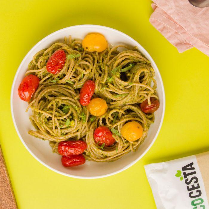 Espaguetis integrales con pesto de pistachos